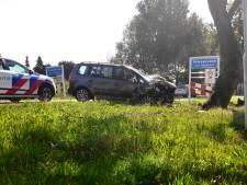 Vluchtende automobilist knalt vol tegen boom in Vriezenveen
