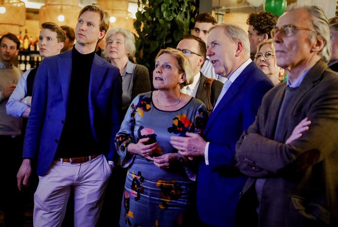 CDA-minister van Defensie Ank Bijleveld kijkt gespannen naar de uitslag met partijvoorzitter Rutger Ploum en Elco Brinkman.