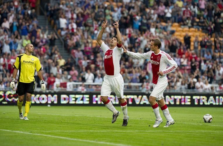 11 september 2010: Luis Suarez (midden) heeft de 1-0 uit een strafschop gemaakt. Siem de Jong (rechts) en keeper Niki Maenpa van Willem II kijken toe. Beeld ANP