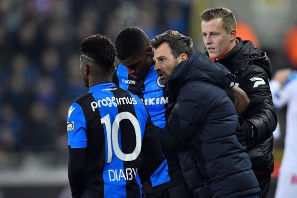 Wesley en Diaby in conclaaf met Leko. Volgens Ferrera moet Club opnieuw met twee spitsen aan de wedstrijden starten.