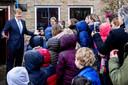 De Koning werd warm onthaald bij dorpshuis De Veenhof in Kamperveen.
