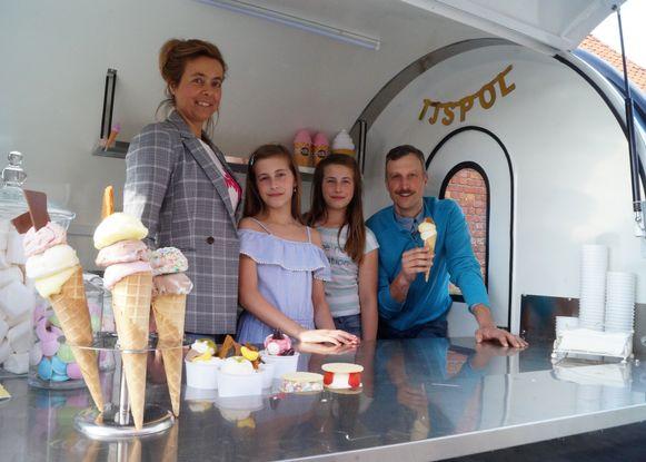 Krista Baekelandt, hier samen met echtgenoot Pascal van Bruwaene en hun tweelingdochters Elisa en Tessa (beiden 11), verkoopt voortaan vers hoeve-ijs vanuit een ijstruck.