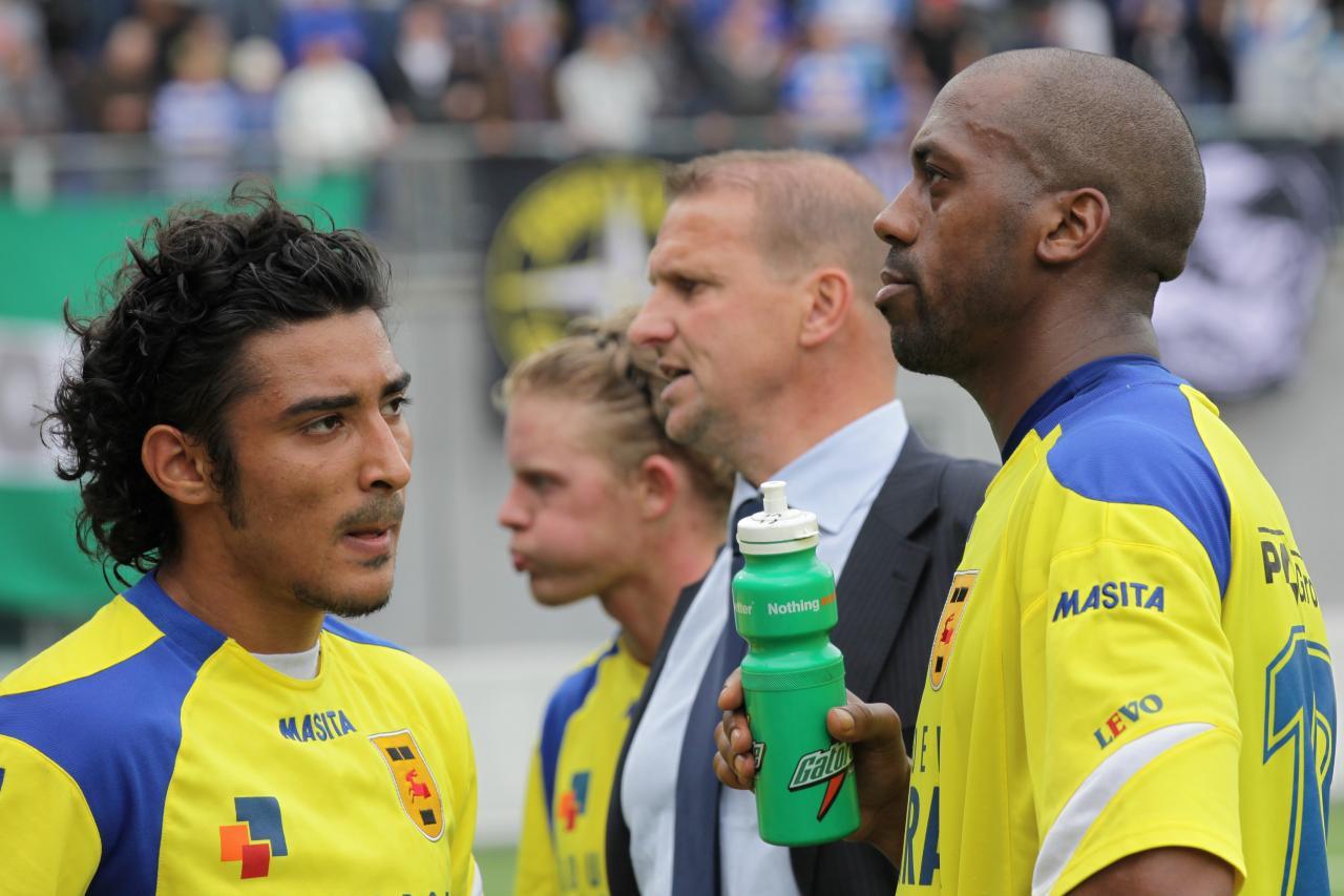 Reza Ghoochannejhad met Mark de Vries tijdens een wedstrijd van Cambuur.