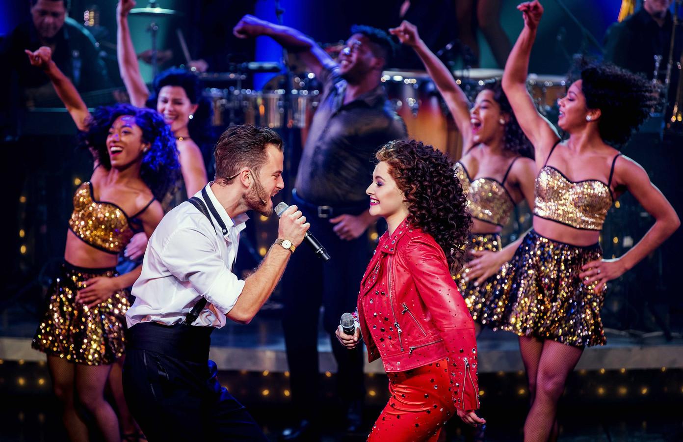 Hoofdrolspelers Jim Bakkum en Vajen van den Bosch tijdens de première van de musical On Your Feet over het leven van zangeres Gloria Estefan en haar man Emilio.