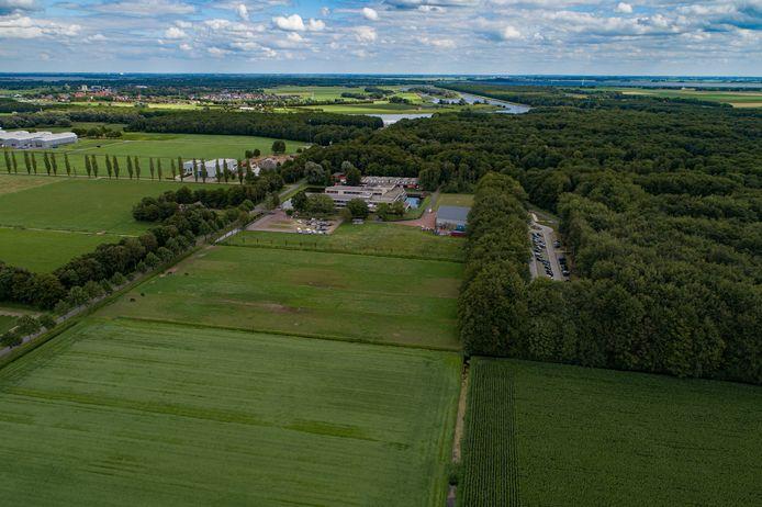 Het Waterloopbos (rechts) en daarnaast de plek waar het zonnepark moet gaan komen.