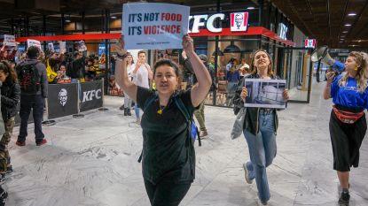 """""""Vreedzame buitenkant verbergt vreselijke industrie"""": activisten protesteren tegen eerst KFC-filiaal"""