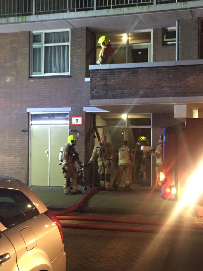 De brandweer is bezig met evacueren