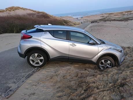 Politie zoekt eigenaar van vastgereden auto in duinen