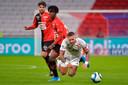 Memphis Depay komt ten val na een duel met Eduardo Camavinga van Stade Rennes.
