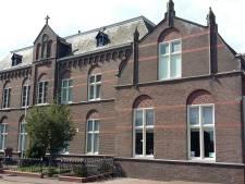 Ontmoetingscentrum Raamsdonk: clubs en horeca aan kant Sint Bavokerk, huizen aan de westzijde