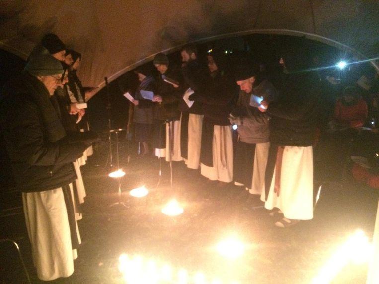 4 uur 's ochtends, de paters cisterciënzers van Westvleteren trotseren de kou op de Duitse militaire begraafplaats.