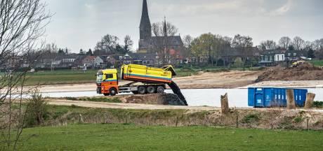 Ook bagger vol troep in Over de Maas bij Alphen gestort