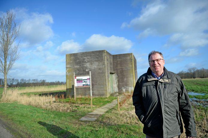 Jan Kolner bij de bunker aan de Zandbongenweg, waar de Duitse bewakers van het schijnvliegveld konden schuilen.