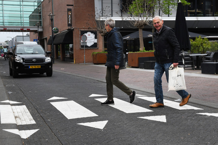 Het illegale zebrapad in de Tuinstraat in Veenendaal is door de gemeente verwijderd.