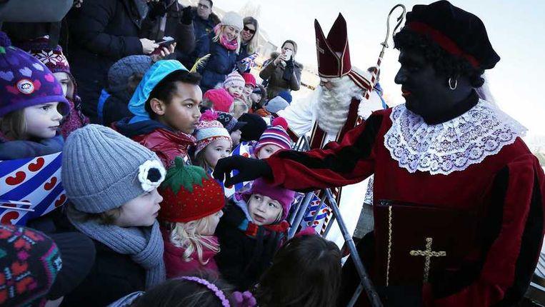 Zwarte Piet en Sinterklaas bij hun intocht in 2009. Beeld anp