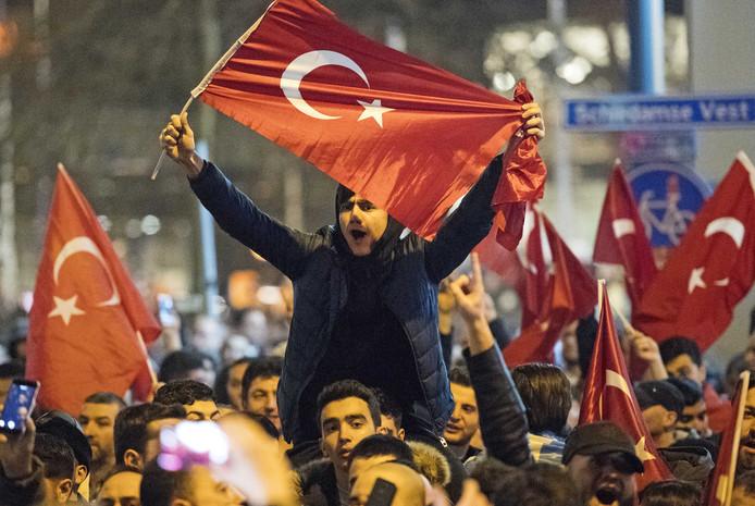 Turken demonstreren bij het Turkse consulaat aan de Westblaak. Minister Fatma Betul Sayan Kaya van Familiezaken werd daar de toegang tot het consulaat geblokkeerd. De Turkse bewindsvrouw wilde daar een toespraak houden over het Turkse referendum.