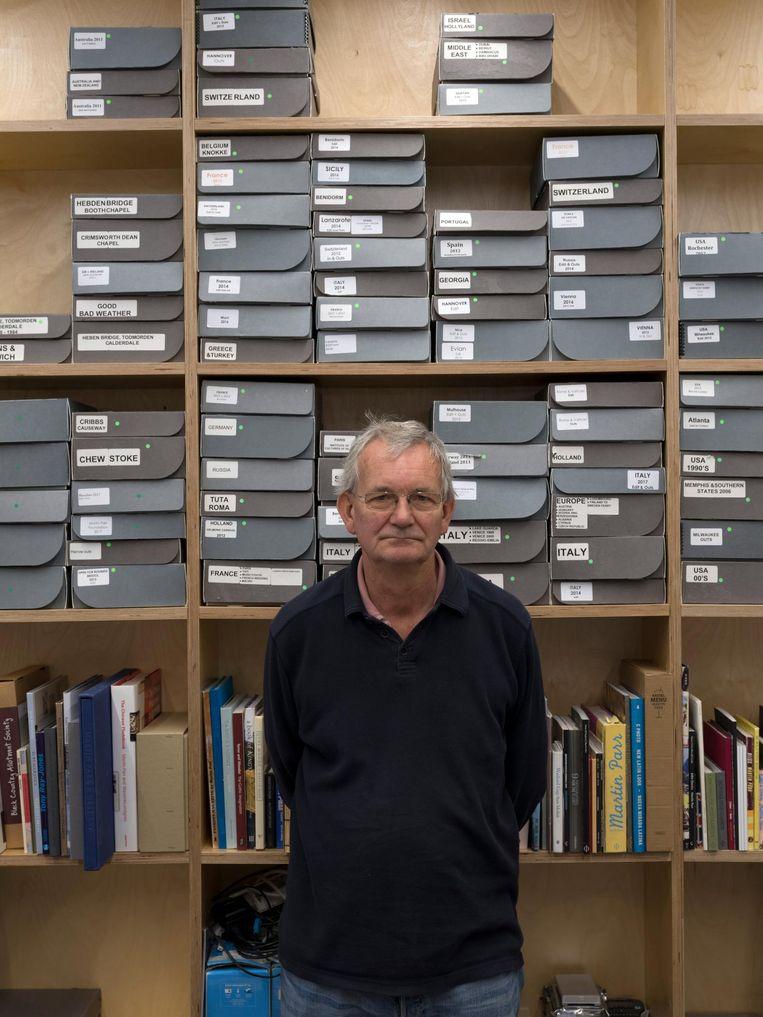 Martin Parr in het archief van zijn nieuwe museum. Beeld Hans van der Meer