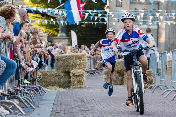 De officiële start. Eerste wedstrijdonderdeel: de koppelwedstrijd. Een deelnemer rent, de ander fietst. Foto Tonny Presser/Pix4Profs