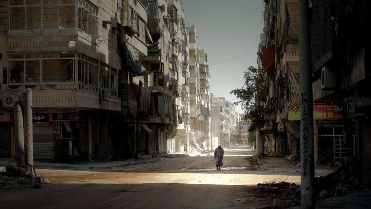 Een man loopt door de verwoeste Salaheddin wijk in de Syrische stad Aleppo. Beeld AFP