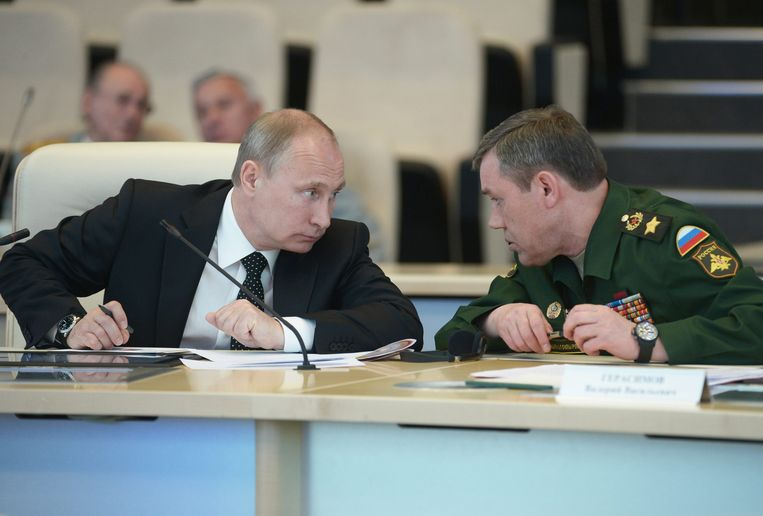 Poetin overlegt met Valery Gerasimov, stafhoofd van het Russische leger.