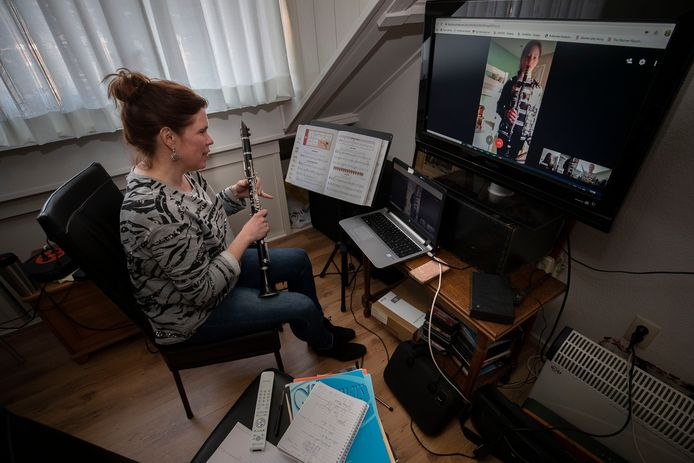 Klarinettiste en muziekdocente Miranda Dijkstra geeft digitaal les.