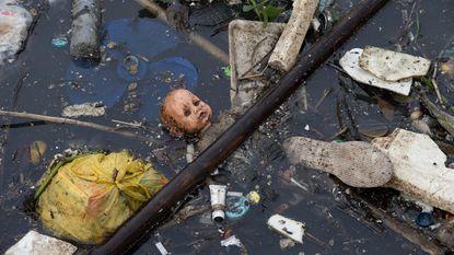 Harde beelden: menselijke arm drijft op olympisch zeilwater in Rio