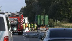 Voetganger (29) op R4 aangereden door twee vrachtwagens en overleden