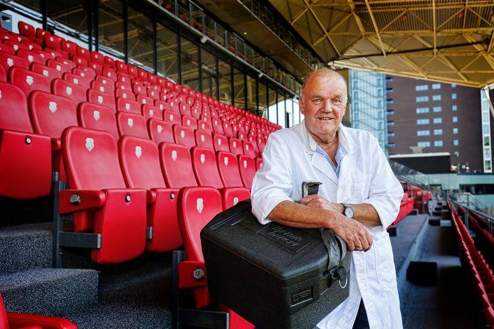Rob Mommersteeg verkoopt al zo'n 40 jaar warme worsten in stadion Galgenwaard tijdens de wedstrijden van FC Utrecht.