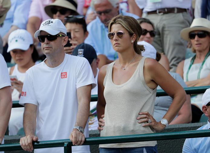 Mirka Federer, de vrouw van Roger, kijkt met een sip gezicht toe.