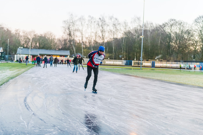 IJspret in Doorn. Als enige ijsclub in Nederland opende de ijsbaan zondagochtend om exact 8 uur zijn poorten.