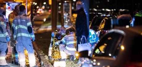 Bestelbus schept overstekende vrouw op zebrapad in Arnhem: slachtoffer naar ziekenhuis