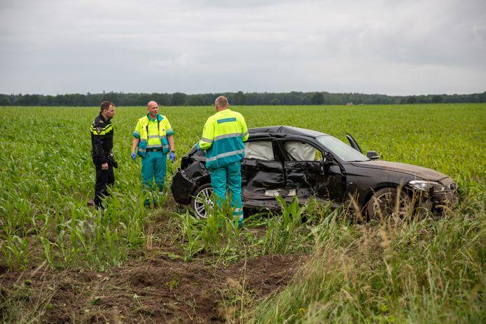BMW slaat over de kop na aanrijding met jeep in Wouwse Plantage