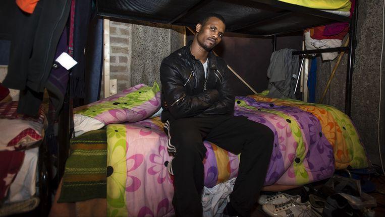 Portret van de uitgeprocedeerde asielzoeker Tulu Amante (23) uit Ethiopie op zijn stapelbed in de Vluchtkerk in Amsterdam. Beeld ANP