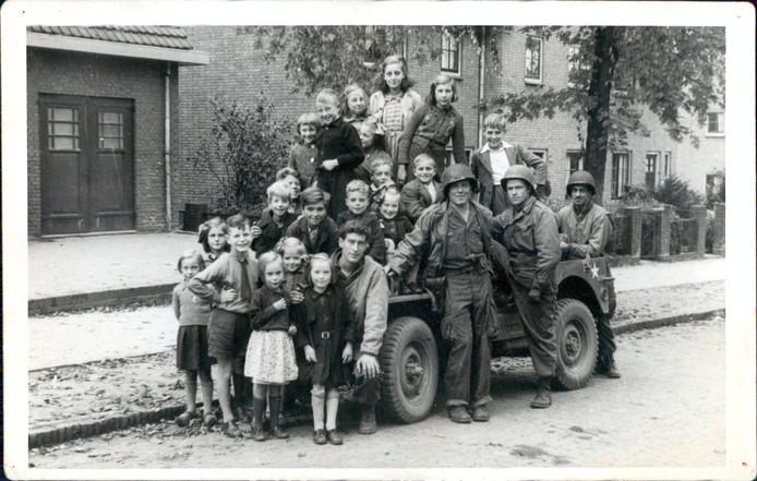 Fred Smits poseert met een aantal Nijmeegse kinderen op de Broerdijk.