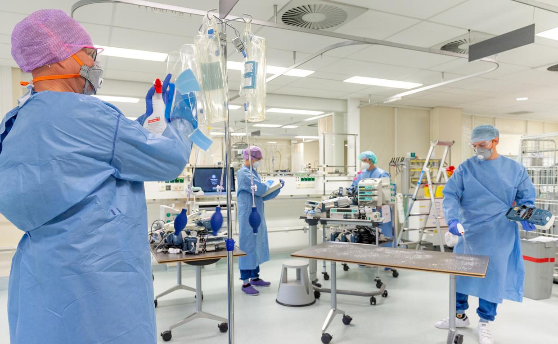 De uitslaapruimte bij de operatiekamers, tijdelijk in gebruik geweest als intensive care voor coronapatiënten, wordt grondig gereinigd, zodat de patiënten na een operatie hier weer veilig kunnen verblijven.