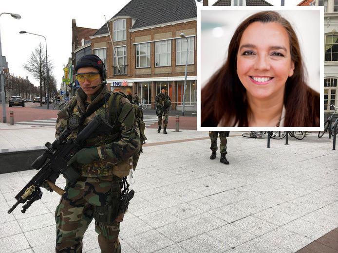 Mariniers in de binnenstad van Vlissingen. Inzet: Isabelle Diks.