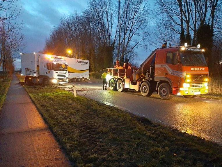 De vrachtwagen stond in schaar over de Zevekotestraat. Takeldienst Degrave uit Middelkerke sleepte het gestrande voertuig weg uit zijn positie.