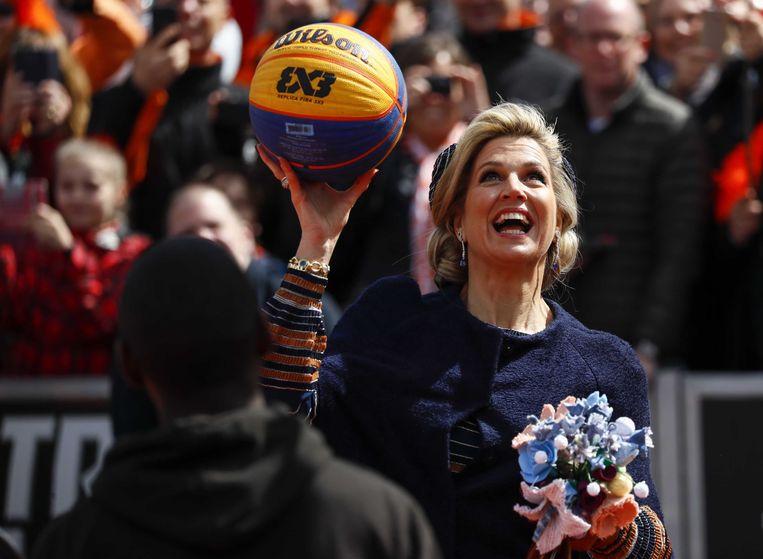 Ook koningin Máxima deed mee met basketballen. Beeld ANP