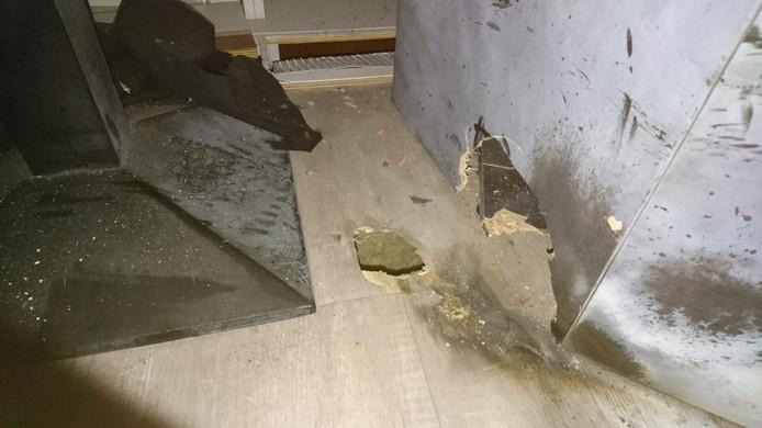 Tijdens een nieuwjaarsfeest werd zwaar vuurwerk afgestoken in de rokersruimte van Club Aesculaap in Heerde. De schade: een gat in de vloer en bezoekers met gehoorschade.