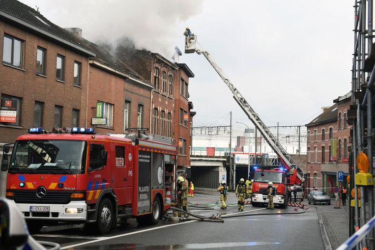 De brandweer is druk in de weer met een ladderwagen om de vlammen te blussen. Een van hen redde ook nog een geschrokken, maar ongedeerd konijntje uit het huis (inzet).