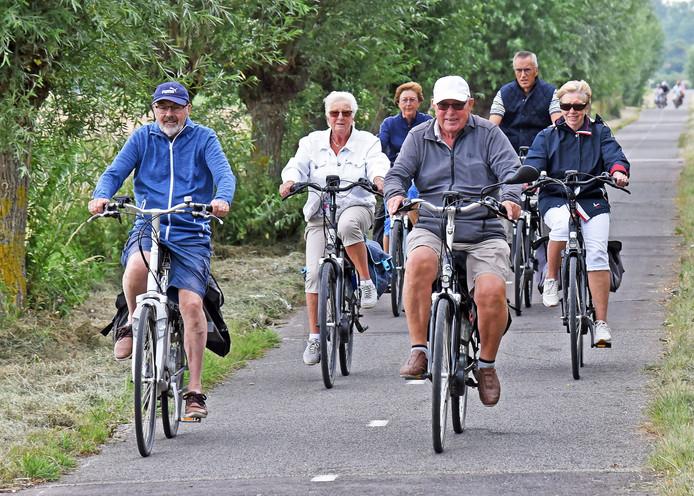 Deelnemers fietsen op donderdag door West-Zeeuws-Vlaanderen, tussen Cadzand-Dorp en Cadzand-Bad.