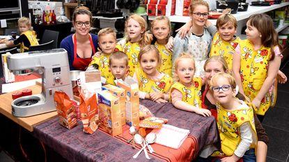 Kinderen bakken voor de Sint