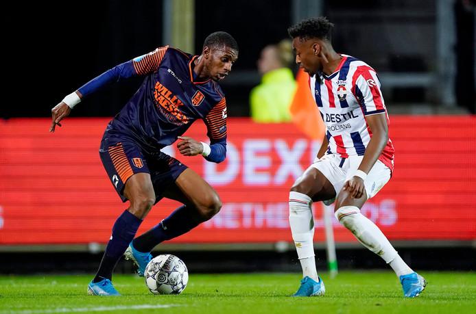 Said Bakari van RKC Waalwijk in duel met Willem II'er Mike Trésor Ndayishimiye.