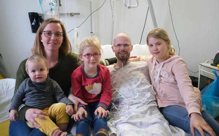 Tom (38) en zijn echtgenote Epiphanie met hun drie kindjes Kensi (9), Syrah (6) en Arwin (2).