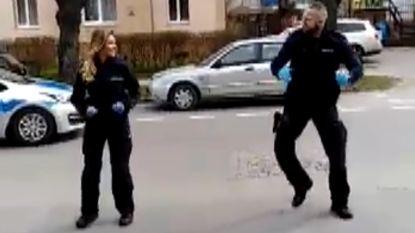 Agenten trakteren kinderen in quarantaine op geweldig 'YMCA'-dansje