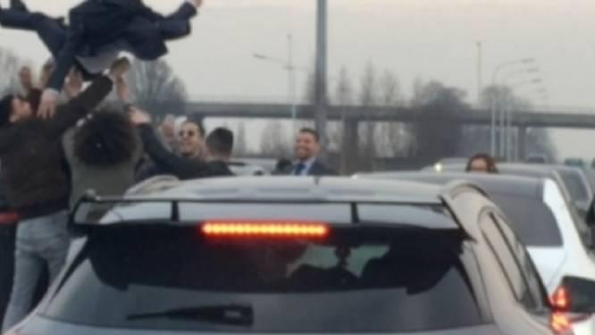 Autobestuurder in trouwstoet moet 560 euro betalen nadat camerabeelden hem identificeerden