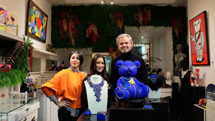 De beer is een samenwerking tussen Enise (links) en het duo Serrano Schoonjans.