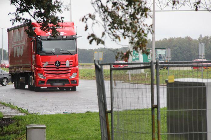 De politie voert onderzoek uit rond de rode vrachtwagen.