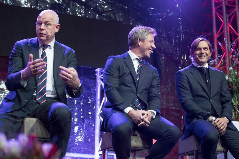 Toon Gerbrands (links) was eerst bondscoach van de volleyballers, nu directeur van voetbalclub PSV. Hier naast PSV-collega's Marcel Brands (m) en Phillip Cocu. Beeld ANP