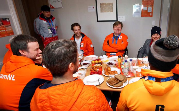 Koning Willem-Alexander brengt tijdens het ontbijt een bezoekje aan de sporters van Team NL in het olympisch dorp in Pyeongchang.